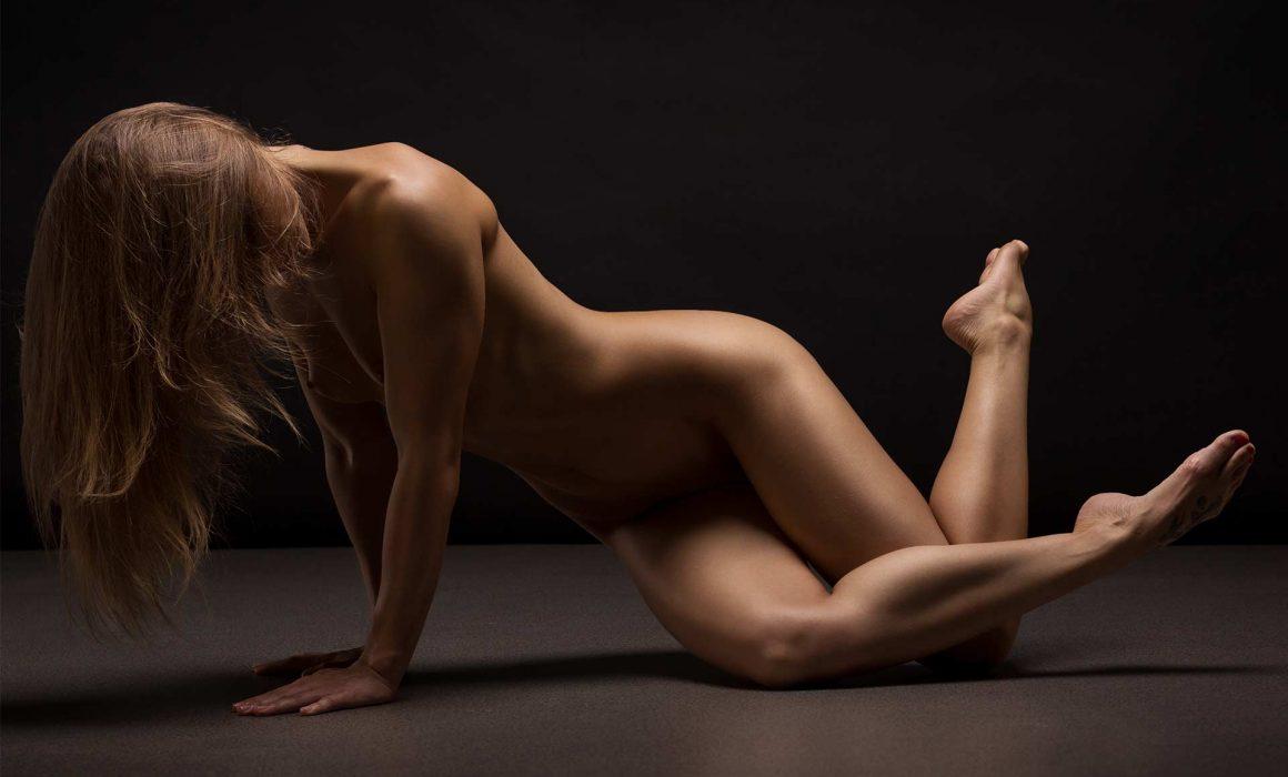 nude-blonde-posing